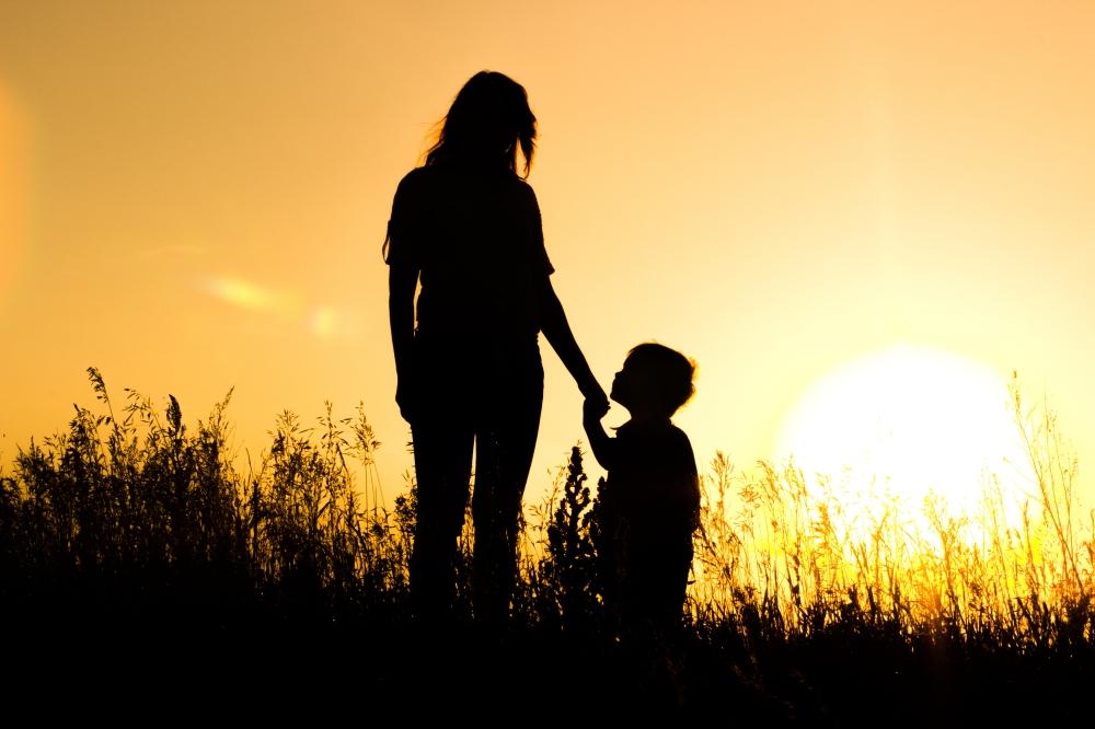 mama-syn-zakat-solnce-siluety.jpg