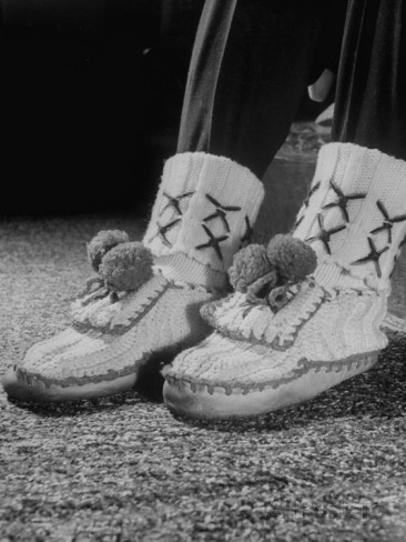 apres-ski-fashions-wool-knit-slippers-worn-after-day-of-skiing-at-mont-tremblant.jpg